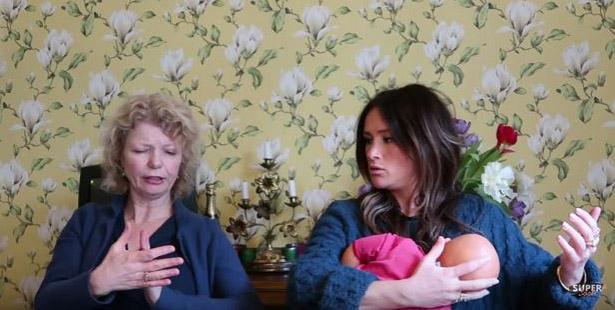 Ineke legt SuperSaar uit hoe ze de baby kan aanleggen