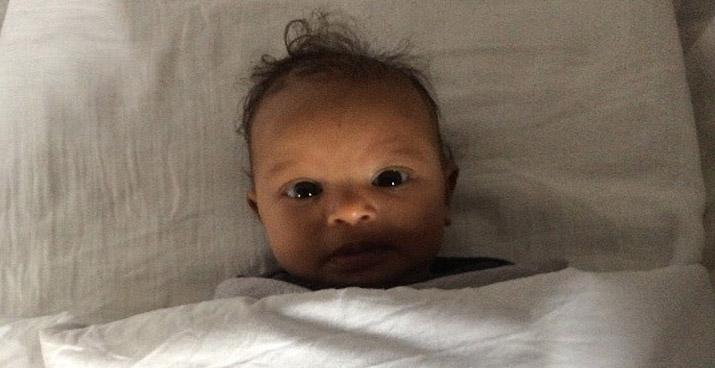 Alerte baby, kijkt wakker de wereld in