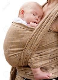 Baby slaapt lekker in een draagdoek.