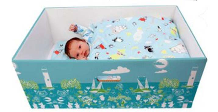 Baby slaapt in een doos - Een vertrouwde slaapomgeving voor baby's - blog Ineke