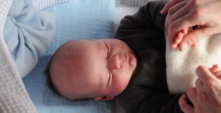 Slapende baby, voldaan na een voeding